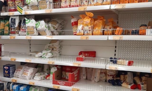 """Zapasy żywności na wypadek koronawirusa. """"Ludzie robią zapasy jak przed wojną"""". Polacy wpadli w panikę w związku z epidemią"""