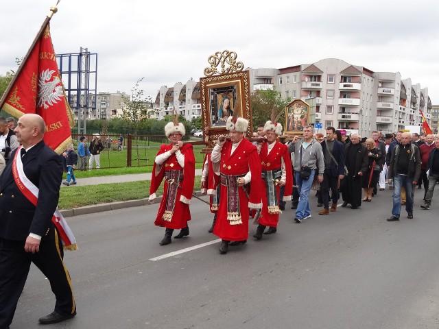 Pielgrzymka przemierzyła ulice Międzyrzecza.