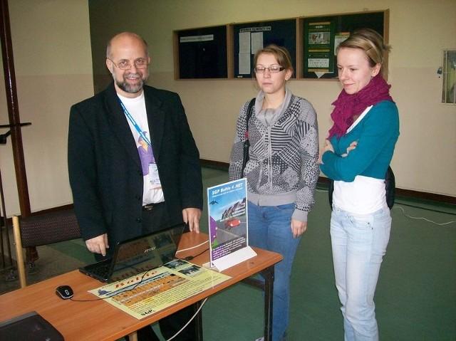 Jak można wykorzystać nowe oprogramowanie komputerowe w edukacji – o tym między innymi dowiedziała się Anna Śliwińska i Justyna Sułkowska (z prawej). Porad udzielił Bohumir Soukup, przedstawiciel firmy informatycznej.