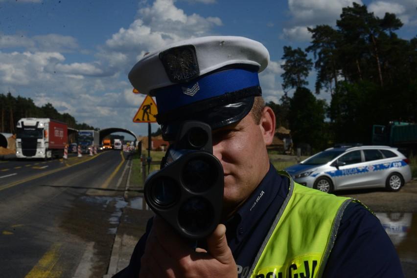 Jest mnóstwo wykroczeń drogowych, za popełnienie których policjant wypisze nam 500-złotowy mandat. To dużo, ale może być drożej!