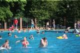 Basen w Parku Kachla w Bytomiu znów otwarty. Chętnych na ochłodę nie brakuje