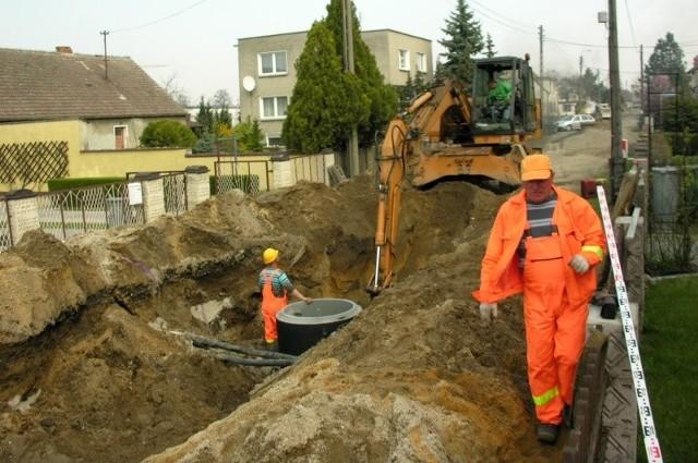 Robotnicy rozkopali już między innymi ulicę Broniewskiego w Czarnowąsach i budują tam kanalizację burzową. Potem zrobią nową podbudowę, ułożą asfalt i zbudują chodnik.