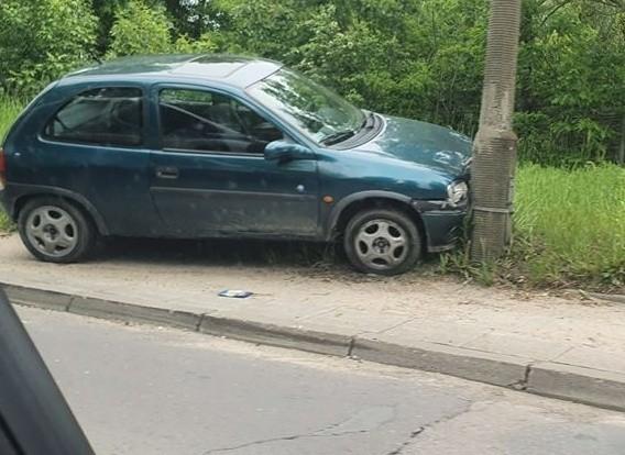 Na betonowym słupie stojącym przy ul. Demokratycznej (na wysokości numeru 117) zatrzymał się zielony opel corsa, którego kierowca nie chciał zatrzymać się do policyjnej kontroli. Zanim auto uderzyło w latarnię, z toczącego się pojazdu wyskoczył jego kierowca i pasażer. Czytaj więcej na następnej stronie