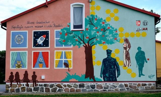 """Mural patriotyczny """"Nasze dziedzictwo - Niepodległa owocem marzeń i walki przodków"""" ozdobił ścianę szczytową Szkoły Filialnej w Cielętach"""