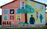 Budynek szkoły w Cielętach ozdobił patriotyczny mural wykonany przez Macieja Bukowskiego pochodzącego z Chełmna