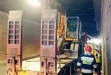 Wypadek w tunelu WZ w Łodzi. Laweta z koparką zaklinowała się w tunelu