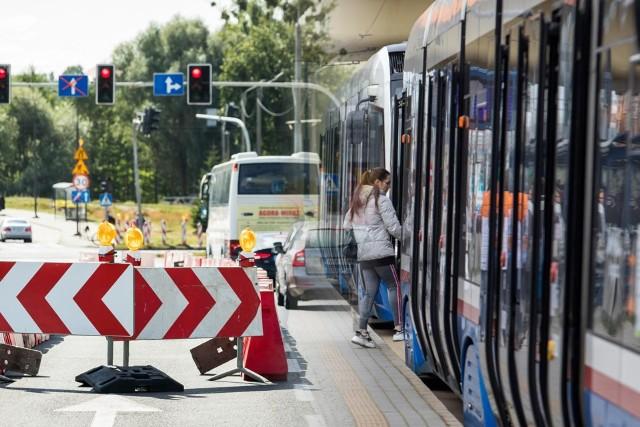 Od poniedziałku tramwaje znowu będą kursować na tej trasie, ale ich ruch będzie odbywał się wahadłowo po jednym torze.