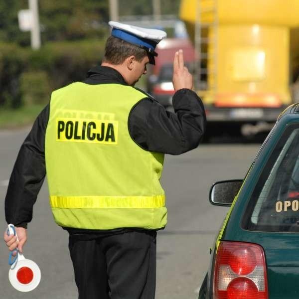 """Na kurs mają iść m.in. wszyscy policjanci z drogówki. To oni bardzo często """"kuszeni"""" są przez kierowców łapówkami."""