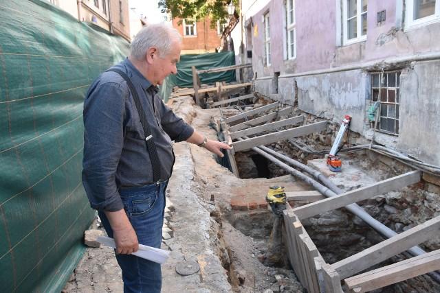 Archeolog Eligiusz Dworaczyński przy odkopanych pozostałościach mostu z czasów hetmana Jana Tarnowskiego