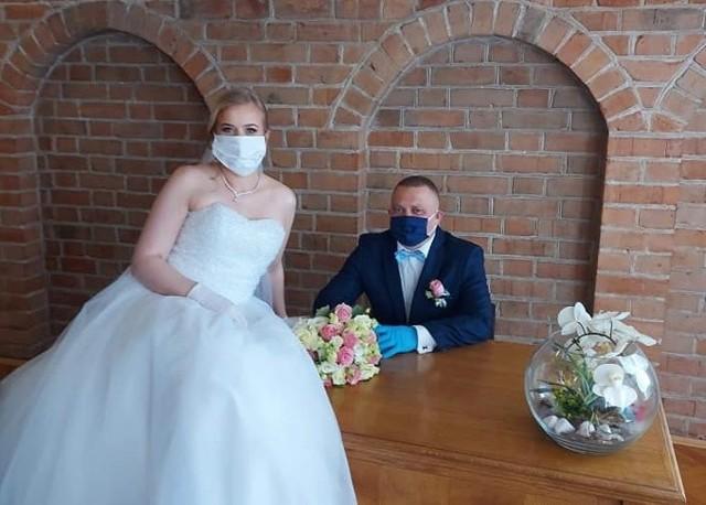 Marta i Daniel Danielewscy planowali swój ślub od ubiegłego roku. Miała to być piękna uroczystość i zabawa na 75 osób. Niestety pandemia koronawirusa pokrzyżowała im plany. Mimo braku możliwości zorganizowania wesela, postanowili wziąć ślub.