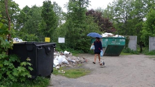 Opróżnienie jednego kontenera odpadów to koszt około 800 zł