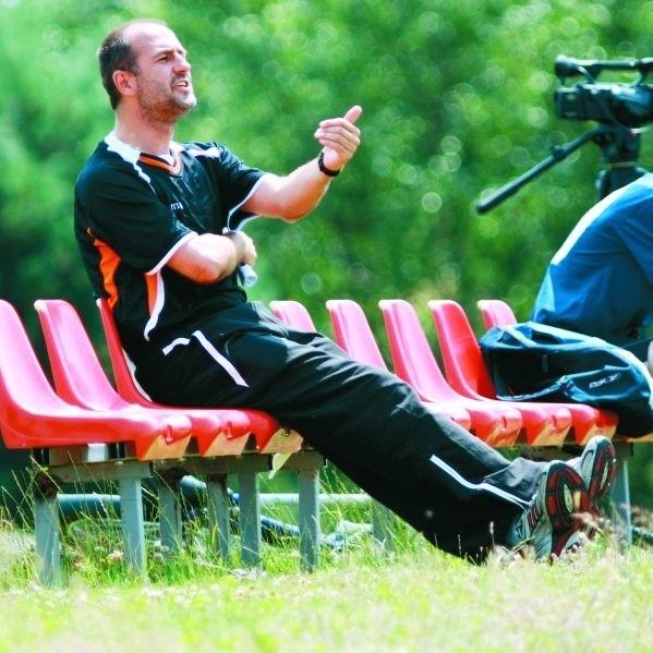 Michał Probierz stara się odmienić grę Jagiellonii. Cały czas przekazuje drużynie swoje uwagi.