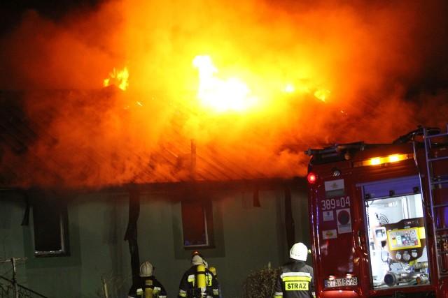 Strażacy z Tarnobrzega podsumowali 2020 rok, informację opracował brygadier Jacek Widuch, rzecznik Państwowej Straży Pożarnej w Tarnobrzegu.Jednostki ochrony przeciwpożarowej w 2020 roku interweniowały na terenie Tarnobrzega i powiatu tarnobrzeskiego w 1555 zdarzeniach. W 644 przypadkach interwencje związane były z gaszeniem pożarów, 866 dotyczyło likwidacji miejscowych zagrożeń, a w 45 przypadkach odnotowano alarmy fałszywe. Statystycznie w ciągu jednego dnia jednostki straży pożarnych interweniowały średnio ponad 4 razy. W ogólnej liczbie zdarzeń pożary stanowiły 41 procent, miejscowe zagrożenia 56 procent, a alarmy fałszywe 3 procent.ZOBACZ KOLEJNE STATYSTYKI NA KOLEJNYCH SLAJDACH>>>