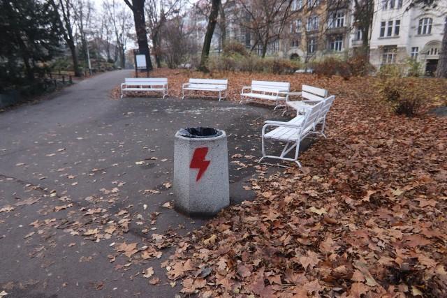 W nocy z poniedziałku na wtorek w parku Wilsona zostały zniszczone kosze na śmieci. Na koszach pojawiły się symbol przypominający błyskawicę, będącą znakiem rozpoznawczym Strajku Kobiet. Zobacz więcej zdjęć --->