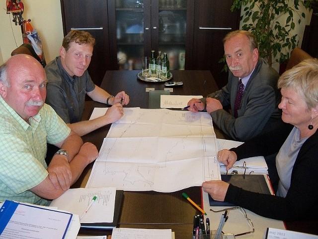 Dyrektor Tomasz Kamiński (drugi od lewej) przypomina, że zbiornik pełni przede wszystkim funkcję retencyjną.