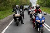 Mundurowi weterani wyruszyli na motocyklach na trasę rajdu pamięci. Po drodze odwiedzają groby poległych i spotykają się z ich rodzinami
