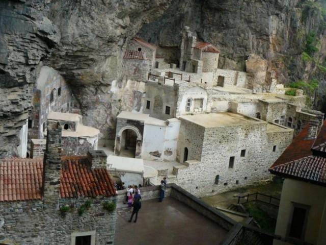 Klasztor wykuto w skałach nad urwiskiem o wysokości 270 m.
