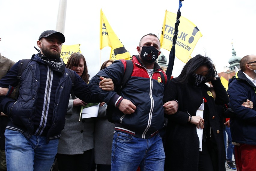 Warszawa: Strajk przedsiębiorców 16 maja [zdjęcia] Jacek Bury z KO zatrzymany. Policja: Senator nie chciał opuścić radiowozu