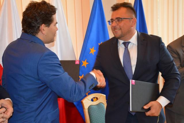 Prezydent Lucjusz Nadbereżny i prezes Tauronu Polska Energia Filip Grzegorczyk po podpisaniu umowy na budowę instalacji