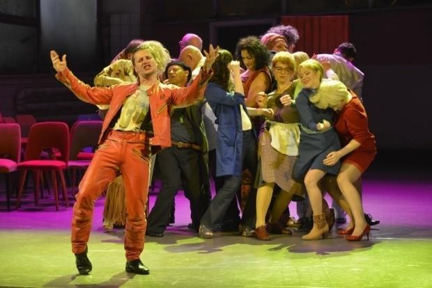 """Kadr ze spektaklu """"Noc w kosmosie"""" w reżyserii Łukasza Czuja, który u boku Renaty Derejczyk ma być nowym dyrektorem artystycznym w Teatrze Horzycy."""