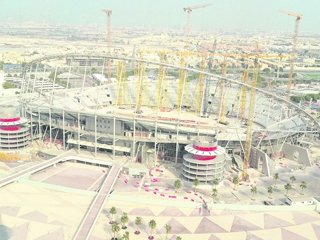Widok z okien hotelu w Ad Dauhe w Katarze na powstający tuż obok stadion na mistrzostwa świata w piłce nożnej w 2022 roku