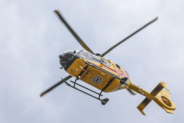 Śmigłowiec lotniczego pogotowia ratunkowego zabrał kierowcę do szpitala w Zielonej Górze. Jest w ciężkim stanie.