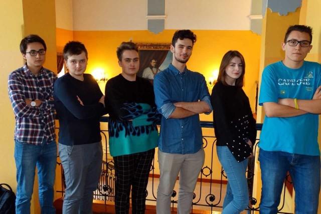 Na zdjęciu od lewej: Mikołaj Kałużyński, Jakub Balmowski, Wiktor Jarzynowski, Kamil Szałecki, Małgorzata Puła, Bartosz Lusiak.