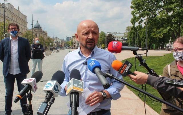 Senator Jacek Bury podczas niedzielnej konferencji prasowej na placu Litewskim w Lublinie