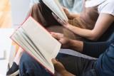 Te książki najchętniej czytają poznaniacy - zobacz ranking. Biblioteka Raczyńskich wskazała najchętniej wypożyczane książki w 2020 roku