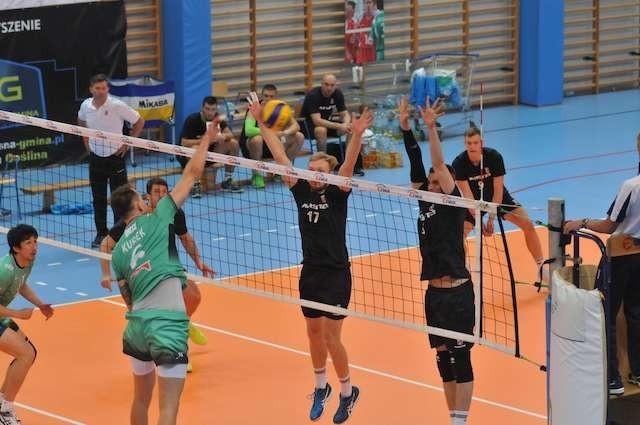 Gracze Łuczniczki próbują zatrzymać Bartosza Kurka
