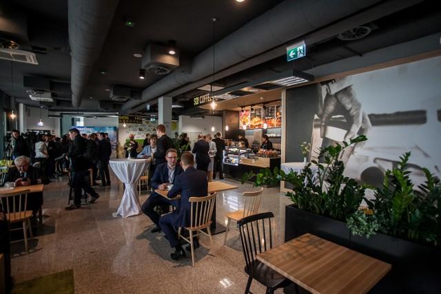 Rozbudowany terminal to ponad 1000 metrów kwadratowych nowych powierzchni. Znalazło się miejsce na nową restaurację, salon VIP, a także lotniczy kącik dla najmłodszych pasażerów