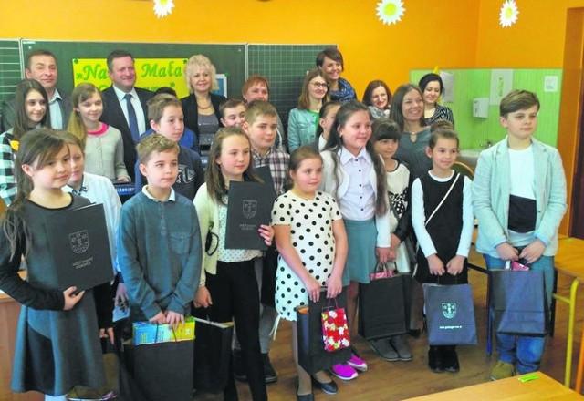 Pamiątkowe zdjęcie wszystkich uczestników i organizatorów  III konkursu na temat wiedzy o gminie Gorzyce