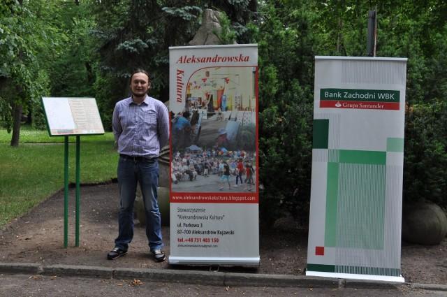 """W Aleksandrowie Kujawskim oddano do użytku ścieżkęBudowa ścieżki edukacyjnej w Parku Miejskim, na którą składa się siedem tablic informacyjnych, była możliwa dzięki programowi grantowemu Fundacji BZ WBK """"Tu mieszkam, tu żyję"""". Prace koordynował Piotr Miernik"""