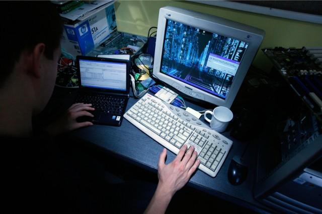 Jednym z największych zagrożeń jest Shadow IT polegające na wykorzystywaniu przez pracowników niezatwierdzonych programów i aplikacji na urządzeniach podłączonych do sieci firmowej.