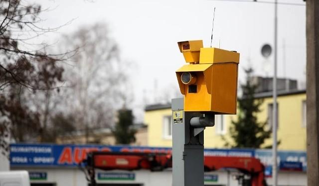Przedstawiamy wykaz miejsc w województwie świętokrzyskim, w których znajdują się fotoradary oraz punkty pomiaru prędkości. Ostatnio powstało sporo nowych - warto zapamiętać gdzie obowiązkowo trzeba zwolnić.>>> ZOBACZ WIĘCEJ NA KOLEJNYCH ZDJĘCIACH