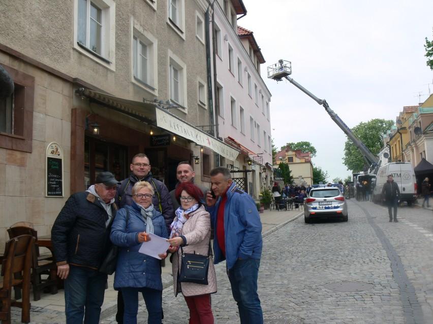 """W Sandomierzu trwają zdjęcia do serialu """"Ojciec Mateusz"""". Na planie Artur Żmijewski na rowerze i mocna obsada policjantów [ZDJĘCIA]"""