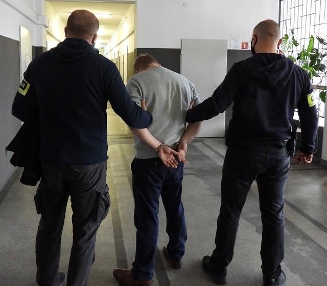 Policjanci ujęli dwóch pseudokibiców. Są to: 17-latek spod Łodzi i 31-letni łodzianin. Pierwszy odpowie za uszkodzenie ciała i stanie przed sądem dla nieletnich. Drugi usłyszał zarzut naruszenia nietykalności cielesnej. Grozi mu do trzech lat więzienia.