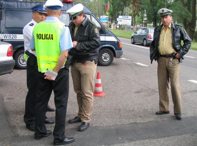 Bernd Kundt (drugi z prawej) i Carsten Drawert (pierwszy z prawej) wspólnie ze stargardzkimi policjantami sprawdzali samochody.