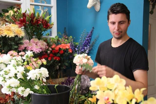 - Nowe odmiany żywych chryzantem, anturium czy lilii w ciekawych cieniowanych barwach to tegoroczny trend we florystyce na Wszystkich Świętych – mówi Michał Mitręga, właściciel kwiaciarni Bierz Go Bukiet w Kielcach.