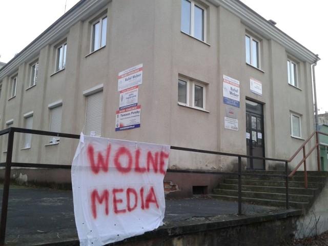 Taki napis wisiał przed biurem posła Rafała Webera