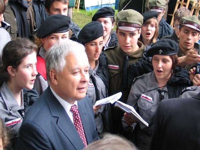 Prezydent Polski Lech Kaczyński podczas spotkania z harcerzami w Przemyślu w 2008 r.