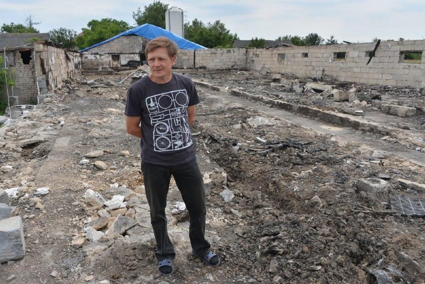 Bartłomiej Zając pokazuje tę część chlewni, która całkowicie się spaliła. Hodował w niej ponad tysiąc zwierząt - wszystkie zginęły.