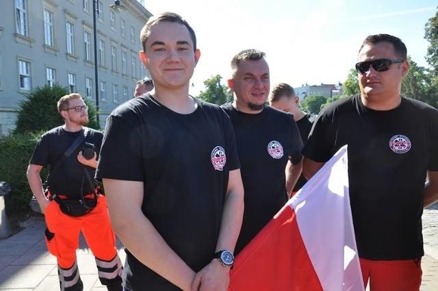 Ratownicy pod urzędem wojewódzkim we Wrocławiu. 19.06.2017.