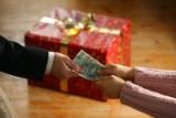 Jak Polacy świętują urodziny? Prezent za 200 złotych, najlepiej gotówka w kopercie, albo...