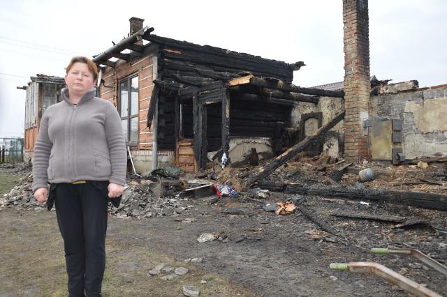 Z pożaru drewnianego domu została tylko cała masa spalonych desek. Teraz trzeba to wszystko posprzątać