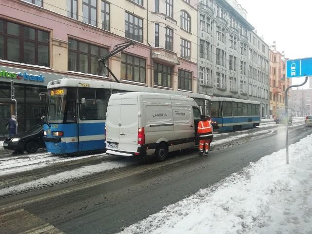 Atak zimy we Wrocławiu. Znów białe drogi i utrudniony przejazd
