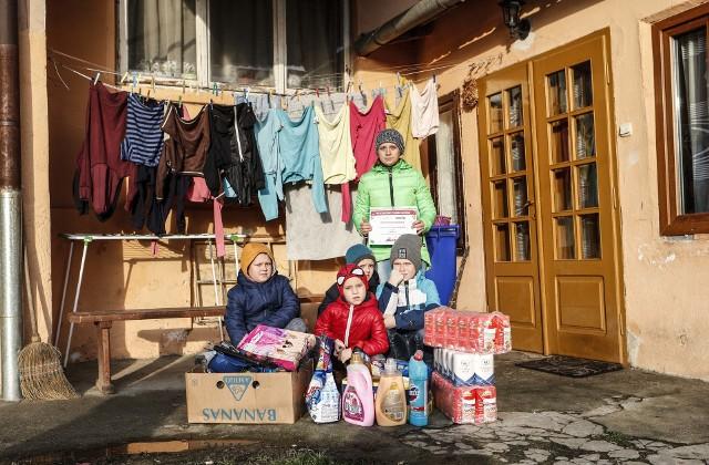 Rodzina z Pogwizdowa  (powiat łańcucki, gmina Czarna) otrzymała na święta najbardziej potrzebne rzeczy.  Z prezentami pojedziemy też do kilku innych rodzin