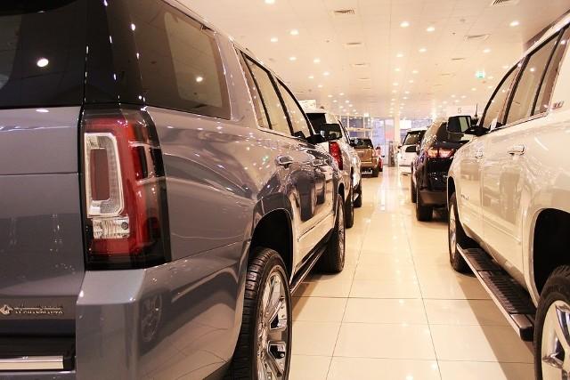 """Wszyscy kierowcy jeżdżący benzyniakami i dieslami złożą się na dopłaty dla tych, którzy zdecydują się na zakup nowych samochód elektryczny lub pojazd na wodór. Już niebawem będzie się można starać o dotacje na zakup aut elektrycznych i napędzanych wodorem. Drogę dla starających się o premię otworzyło rozporządzenie w sprawie szczegółowych warunków udzielania wsparcia zakupu nowych pojazdów ze środków Funduszu Niskoemisyjnego Transportu, które podpisali ministrowie energii i finansów Krzysztof Tchórzewski i Jerzy Kwieciński. Jak czytamy w dokumencie chodzi dokładnie o auta: """"wykorzystujące do napędu energię elektryczną wytworzoną z wodoru w zainstalowanych w nim ogniwach paliwowych lub wykorzystujące do napędu wyłącznie energię elektryczną (EV). W rozporządzeniu czytamy też, że dotowane będą pojazdy kategorii M1 czyli zgodnie z przepisami """"pojazdy mające nie więcej niż osiem miejsc siedzących poza miejscem siedzącym kierowcy"""". To oznacza, że o dotacje będą też mogli występować kupujący elektryczne motocykle czy skutery.  Liczba tego typu pojazdów na naszych drogach szybko rośnie. Z danych PZPM i KPMG wynika, że tylko od stycznia w Polsce kupiono blisko 2 tys. elektryków. W sumie po naszych drogach jeździ już blisko 7 tys. samochodów osobowych z napędem elektrycznym z tego 366 we Wrocławiu. Flota elektrycznych dostawczaków w całym kraju szacowana jest na ponad 200. Rośnie także liczba rejestracji elektrycznych motorowerów i motocykli, których liczba osiągnęła już blisko 6 tys. Liczba aut napędzanych wodorem pozostaje wciąż śladowa (we Wrocławiu zarejestrowano zaledwie 2 sztuki), a powód jest prozaiczny, jak na razie nie powstała u nas żadna stacja do tankowania tego paliwa. Pierwsze dwie do 2021 roku chce zbudować Lotos. Jedna z nich powstanie w Warszawie, a druga w Gdańsku.Co ciekawe z przepisów regulujących finansowanie  Funduszu Niskoemisyjnego Transportu wynika, że na dotacje na elektryki i pojazdy na wodór zrzucą się wszyscy pozostali kierowcy. Będzie on zasilany"""