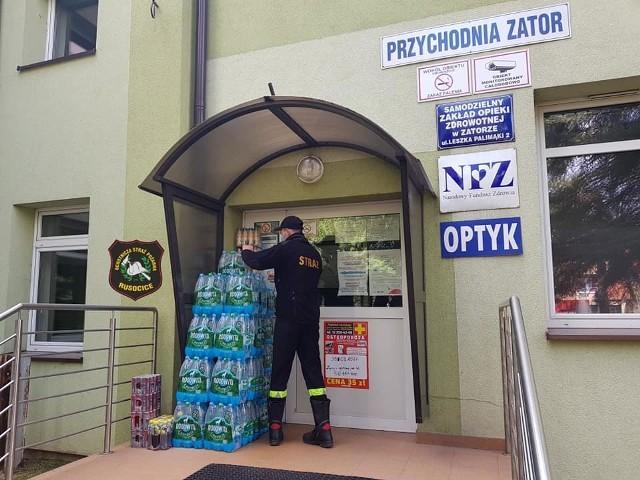 Strażacy z OSP Rusocice nieustająco dowożą wodę i napoje do placówek medycznych