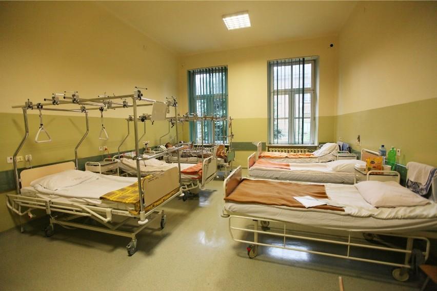 Szpitale powoli znoszą zakazy odwiedzin, ale każda lecznicza...